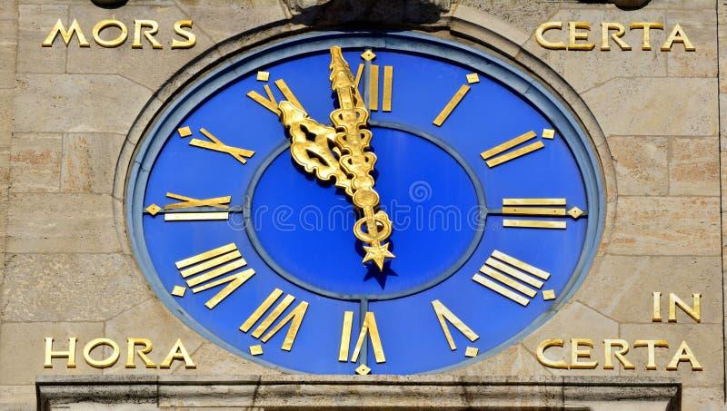 Часы нового здания Neues Rathaus ратуши в Лейпциге, Германии стоковые фото
