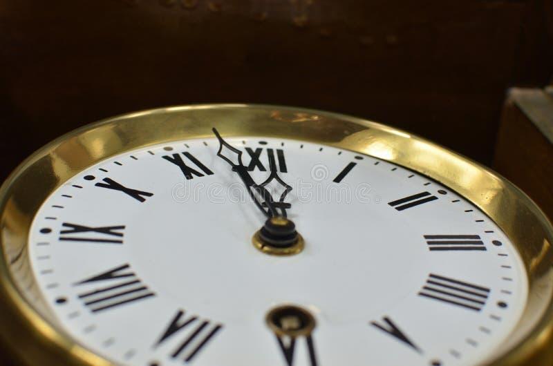 Часы показывая полдень или полночь стоковое изображение rf