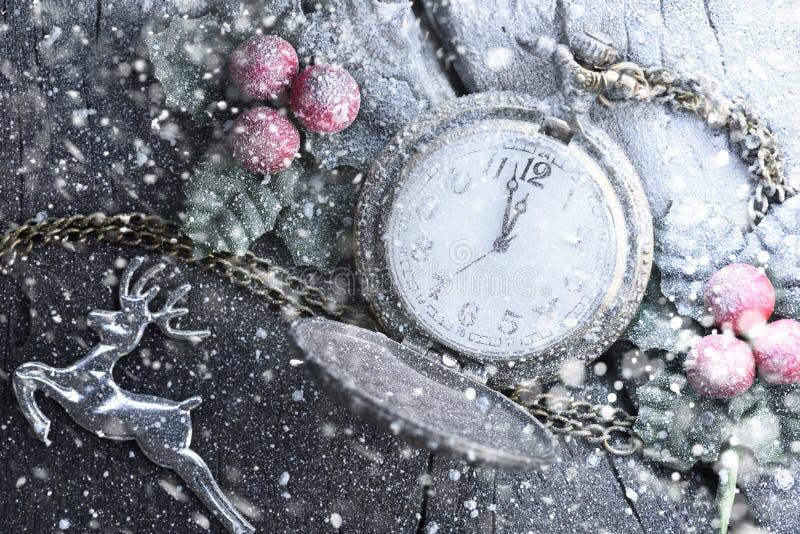 Часы рождества с украшением зимы на снеге Новый Год принципиальной схемы счастливое стоковая фотография