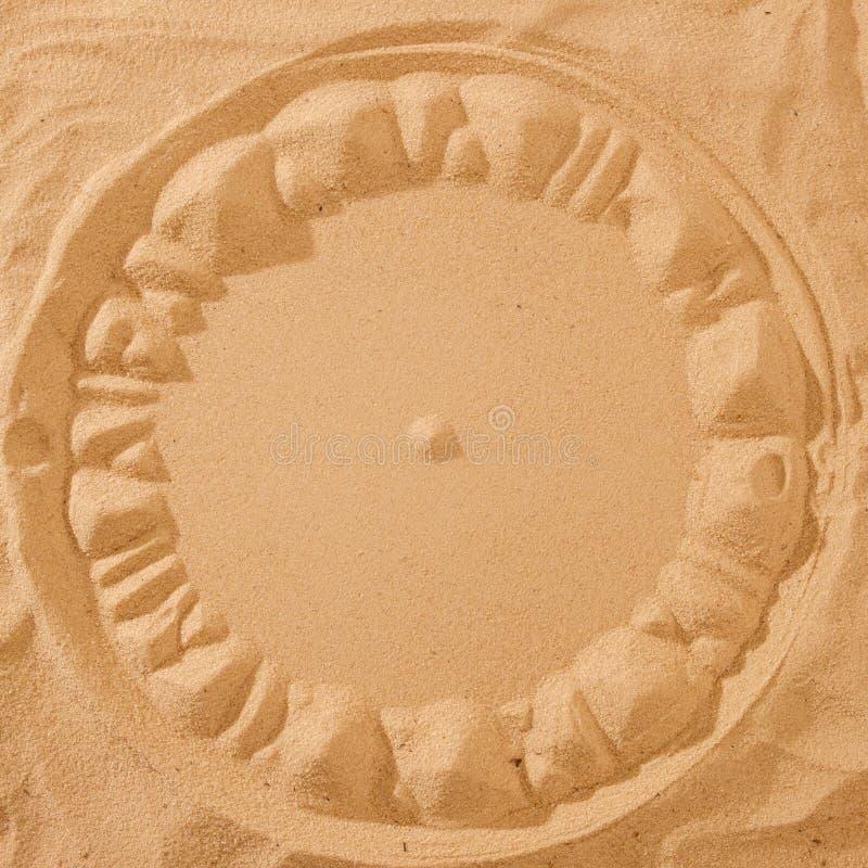 Часы Солнца на песчаном пляже стоковая фотография rf