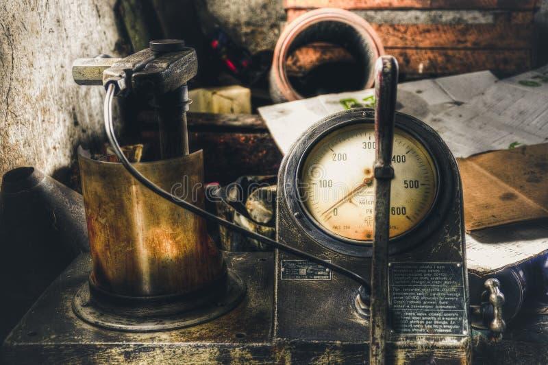 Часы старого газа измеряя Сделанный в методе HDR стоковые фотографии rf