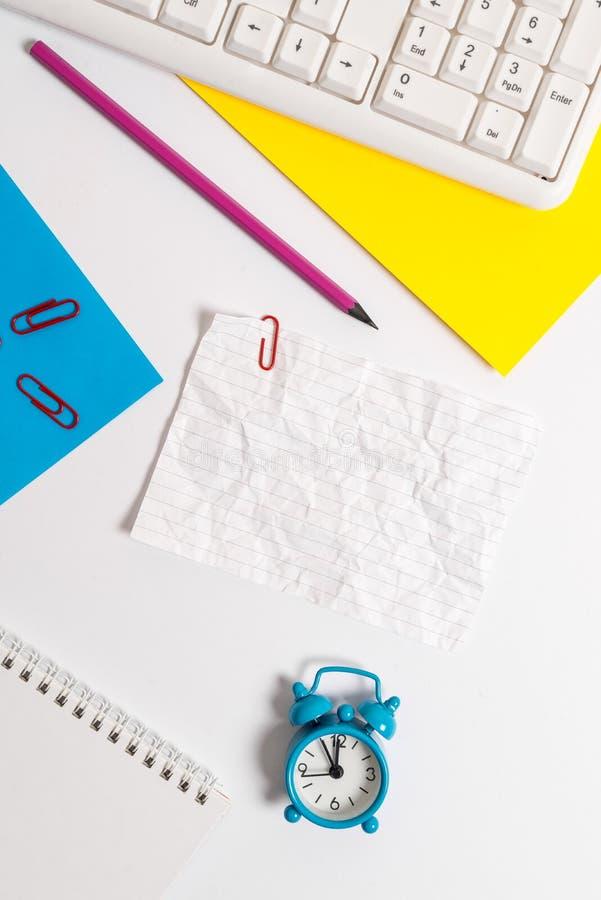 Часы keybord ПК на таблице с пустой белой бумагой Плоское положение над белым чистым листом бумаги с космосом экземпляра для текс стоковое изображение rf