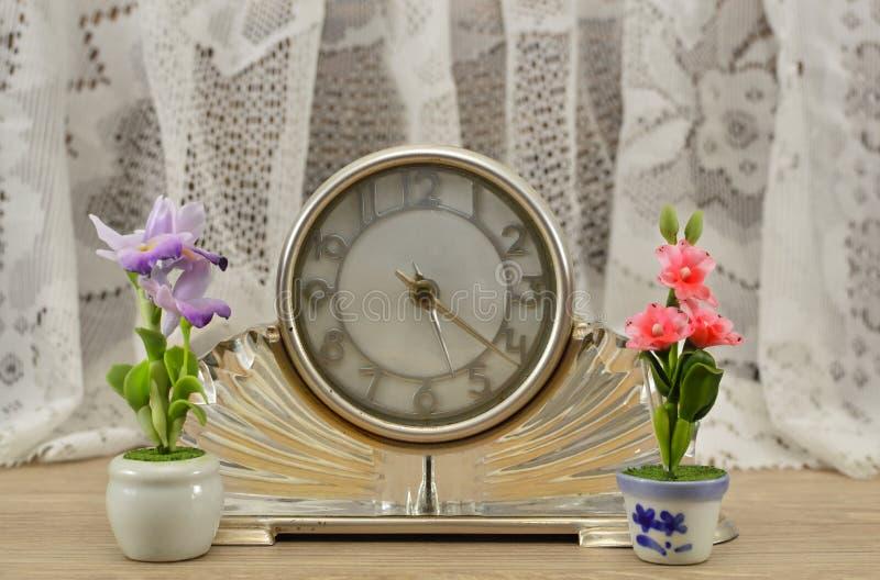 Часы Wintage с цветками стоковые изображения