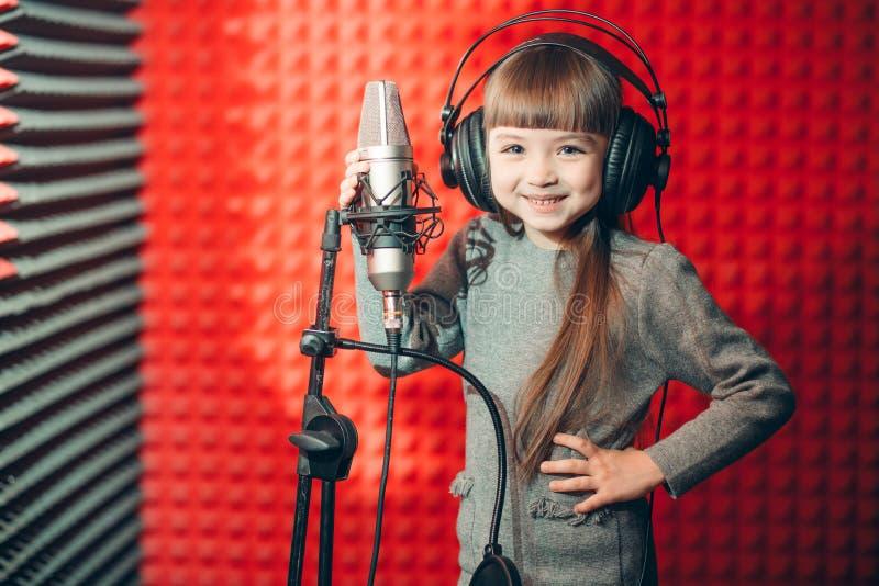 Час звезды поздравление, образование милая девушка на уроке музыки стоковые фотографии rf
