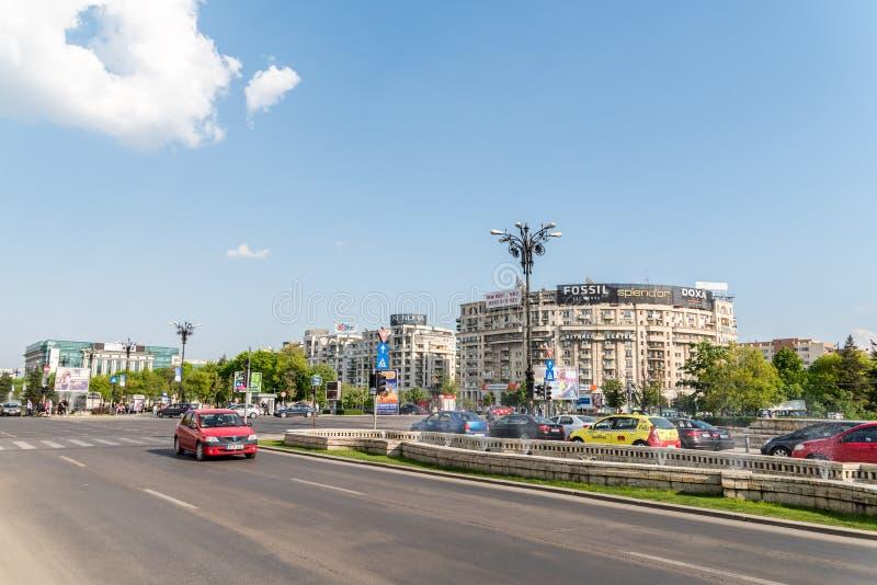 Час пик в квадрате соединения (Piata Unirii) Бухареста стоковое фото