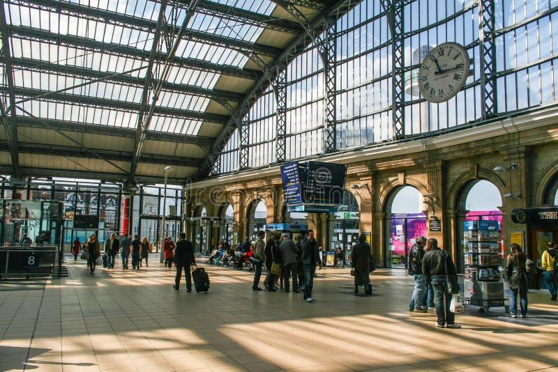 Час пик на вокзале улицы известки Ливерпуля стоковое изображение rf