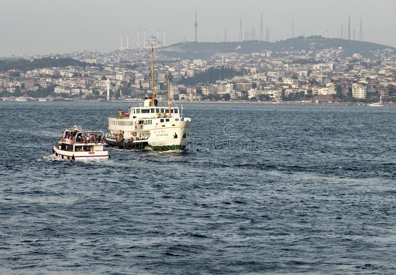 Час пик на Bosphorus 2 пассажирского корабля пересекают регулярные пассажиров пригородных поездов нося пролива обеих сторон стоковое фото
