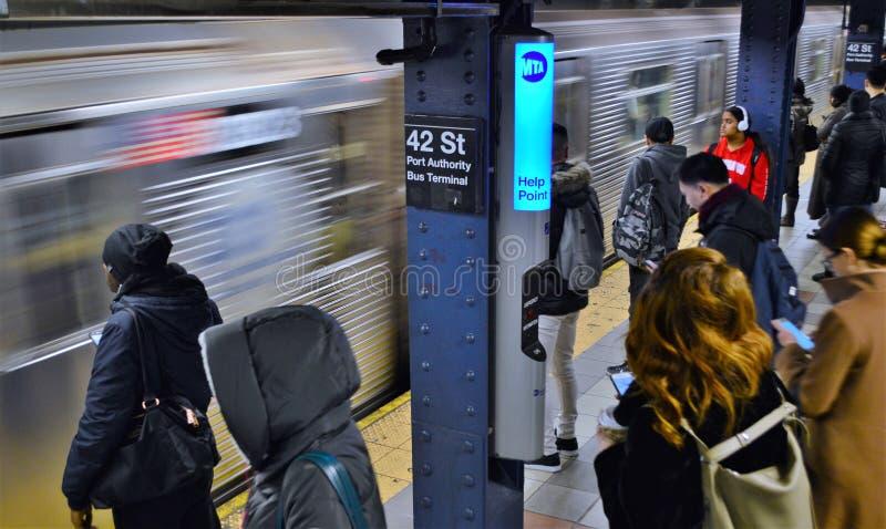 Час пик транспорта управления порта улицы NYC 42 коммутирует путешествовать метро Нью-Йорка людей стоковые изображения