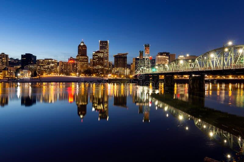 Час сини зимы горизонта Портленда городской стоковое изображение