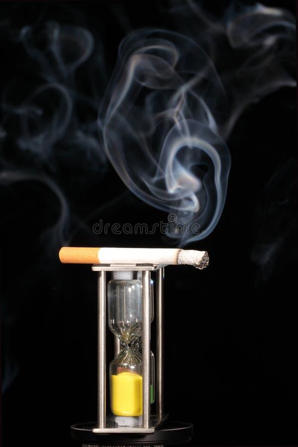 час стекла сигареты стоковое изображение