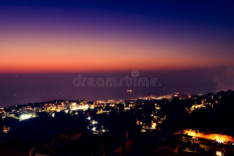 Час столба золотой, пригороды никогда не спать Бейрут стоковое изображение