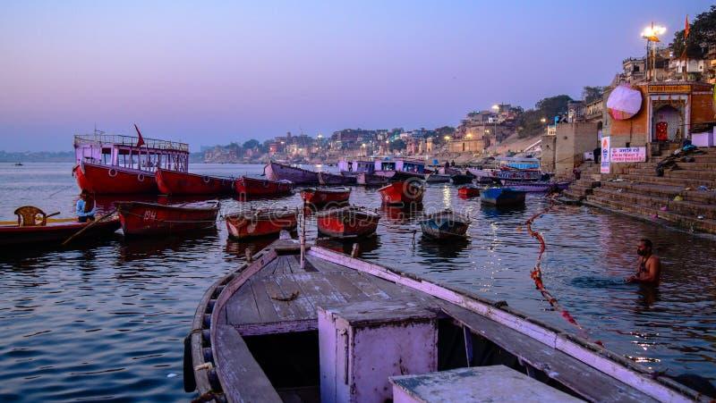 Час сцен рассвета раннего утра голубой, Ghats реки Ganga в Варанаси, Уттар-Прадеш, Индия стоковые фотографии rf