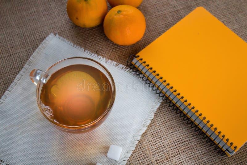 Чашек чаю утра Блокнот для записи планов на день стоковое фото