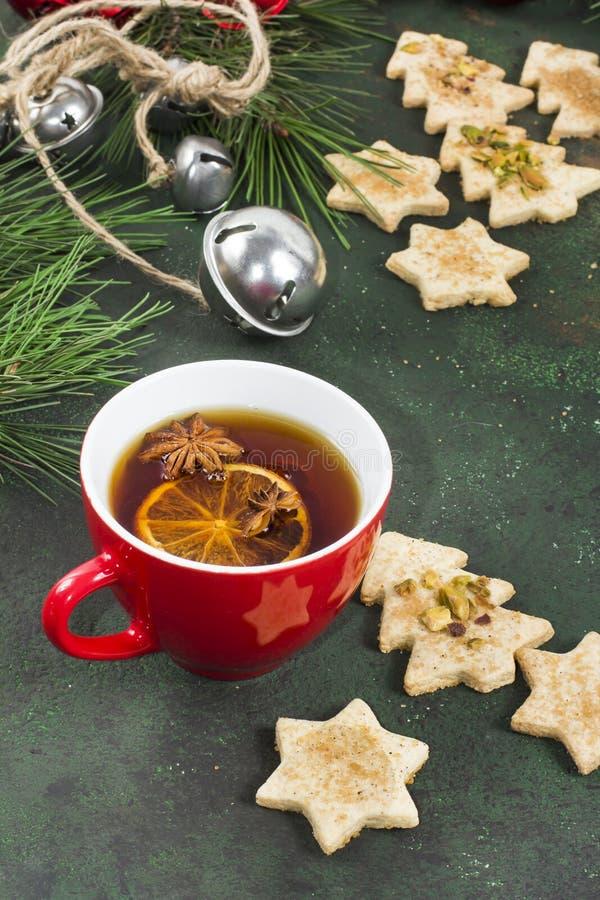 Чашка ароматичного чая с печеньями пряника рождества, специями a стоковое изображение rf