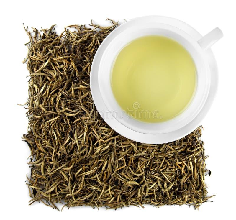 Чашка белого чая с высушенными белыми листьями чая - верхней части стоковая фотография