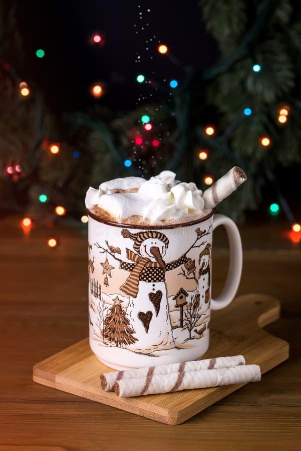 Чашка вкусного напитка горячего шоколада с зефирами и сливк на рождестве деревянной концепции праздника зимнего времени предпосыл стоковые изображения rf
