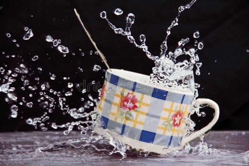 Чашка в брызге воды. стоковая фотография rf