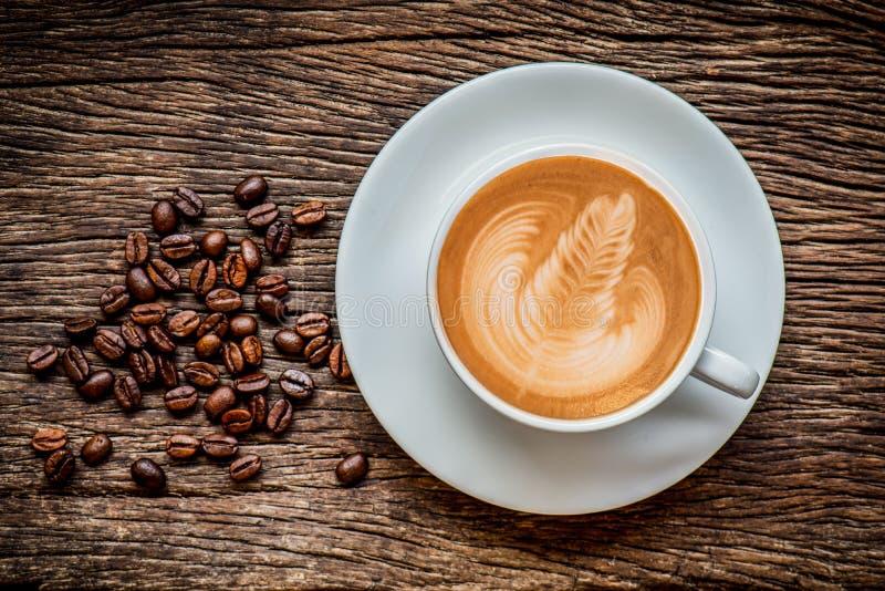 Чашка горячего кофе искусства latte стоковое изображение