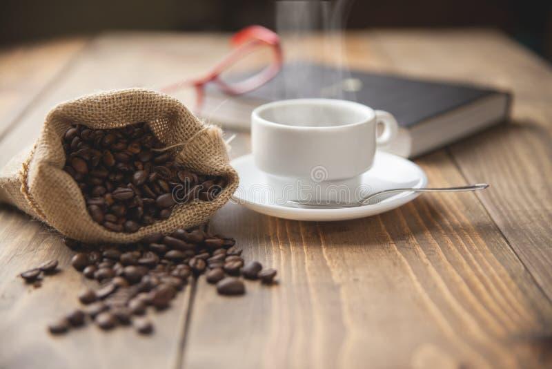 Чашка горячего кофе и одной книги стоковые фото