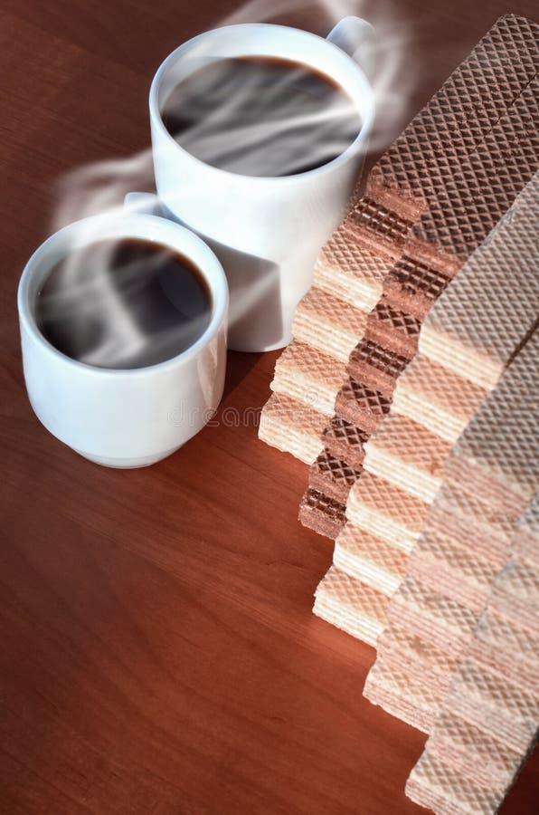 Чашка горячего кофе и пригорошня классических русских waffles с различными завалками на коричневой деревянной поверхности Натюрмо стоковая фотография rf