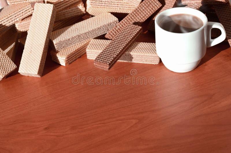 Чашка горячего кофе и пригорошня классических русских waffles с различными завалками на коричневой деревянной поверхности Натюрмо стоковое фото rf