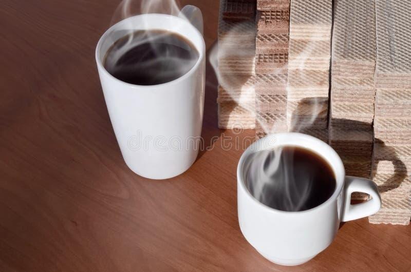 Чашка горячего кофе и пригорошня классических русских waffles с различными завалками на коричневой деревянной поверхности Натюрмо стоковые фото