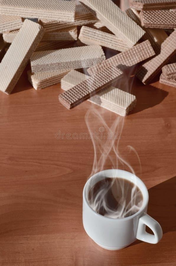 Чашка горячего кофе и пригорошня классических русских waffles с различными завалками на коричневой деревянной поверхности Натюрмо стоковое изображение rf