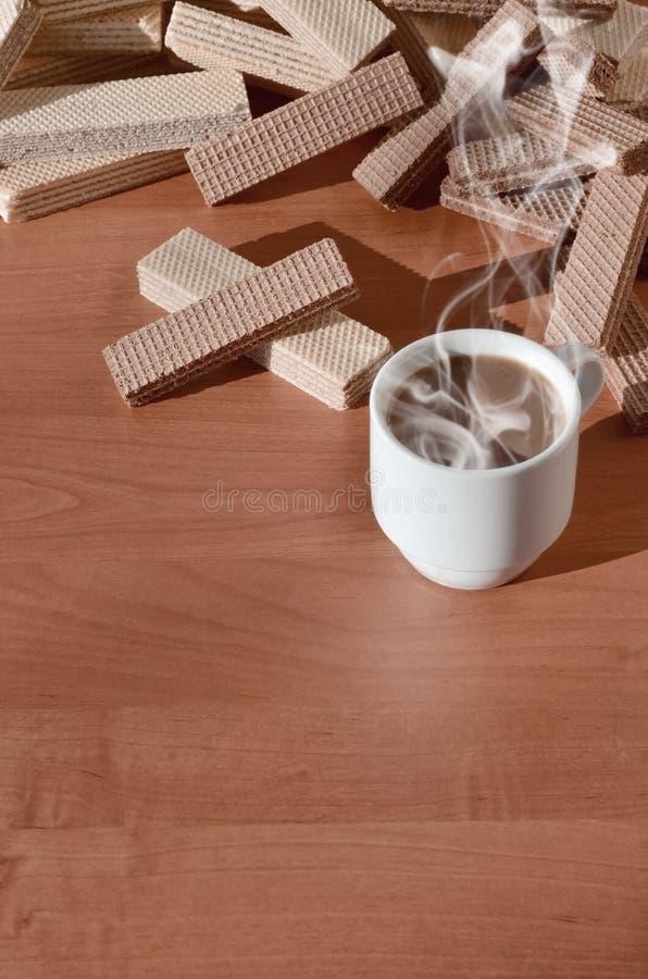 Чашка горячего кофе и пригорошня классических русских waffles с различными завалками на коричневой деревянной поверхности Натюрмо стоковое изображение
