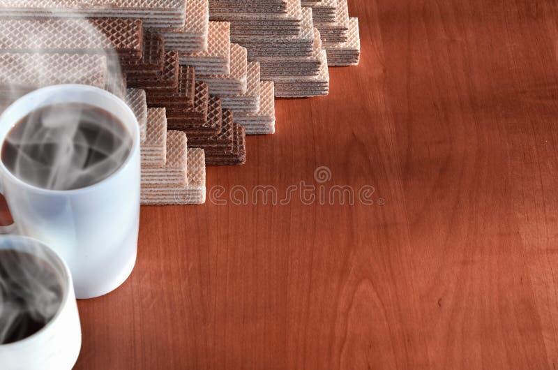 Чашка горячего кофе и пригорошня классических русских waffles с различными завалками на коричневой деревянной поверхности Натюрмо стоковые изображения