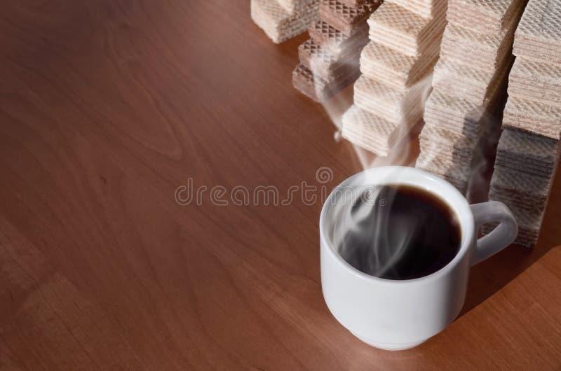 Чашка горячего кофе и пригорошня классических русских waffles с различными завалками на коричневой деревянной поверхности Натюрмо стоковые изображения rf