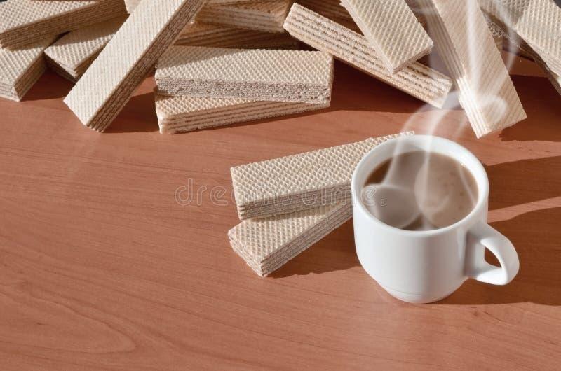 Чашка горячего кофе и пригорошня классических русских waffles с различными завалками на коричневой деревянной поверхности Натюрмо стоковые фотографии rf