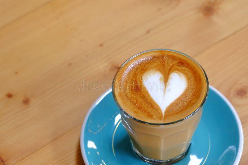 Чашка горячего кофе latte на голубом поддоннике стоковое изображение rf