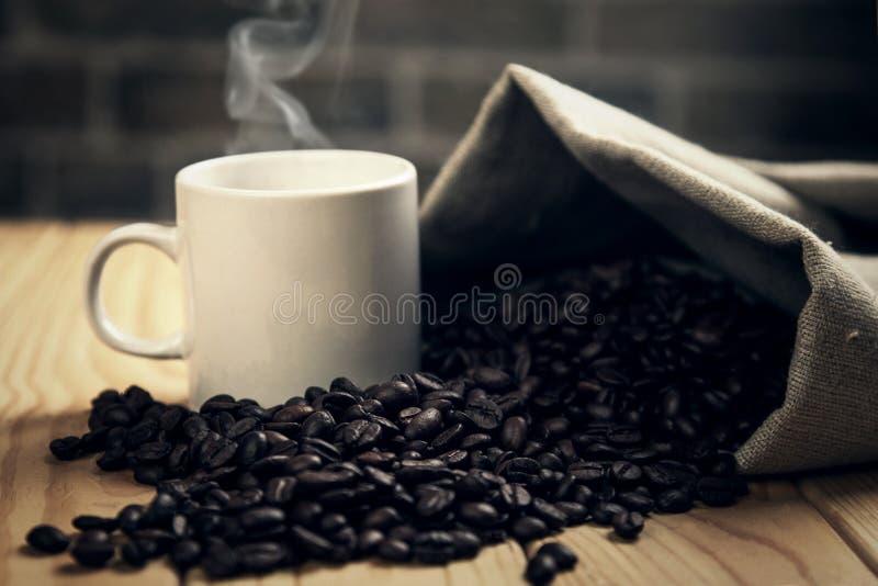 Чашка горячего питья с съемкой студии луча кофе стоковое фото rf