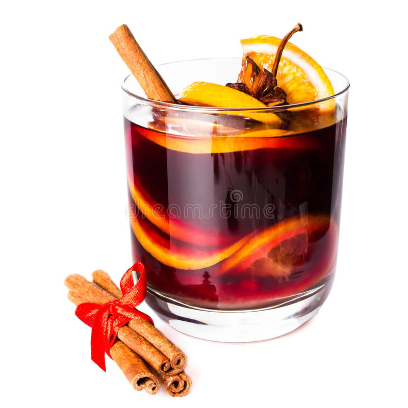 Чашка горячим вина обдумыванного красным цветом изолированного на белой предпосылке с chr стоковое фото rf