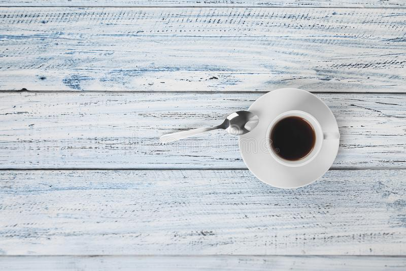 Чашка горячих кофе и чайной ложки на серой таблице стоковое фото