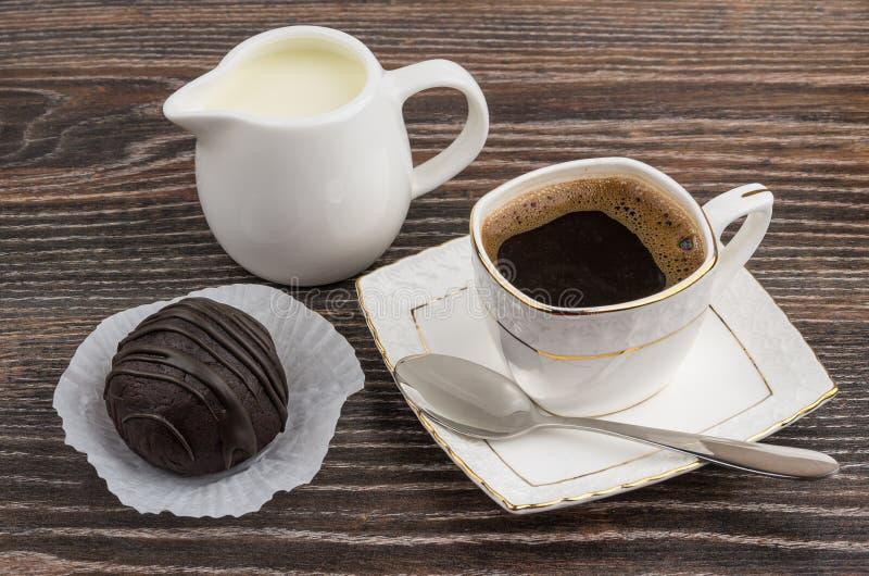 Чашка горячих кофе, молока кувшина и шоколадного торта стоковое изображение rf
