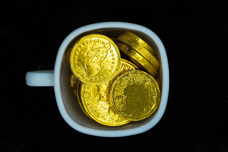 Чашка золотых монеток стоковая фотография rf