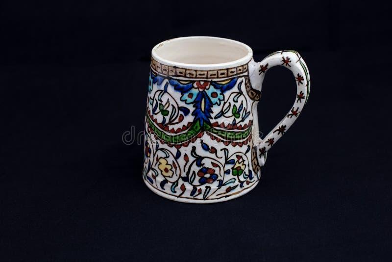 Чашка исторического XVII века керамическая, Kutahya, Турция стоковая фотография