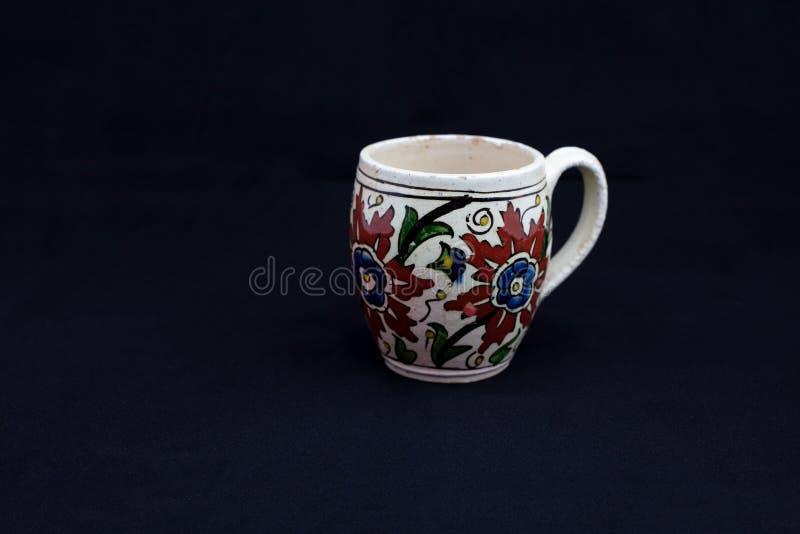 Чашка исторического XVII века керамическая, Kutahya, Турция стоковое фото