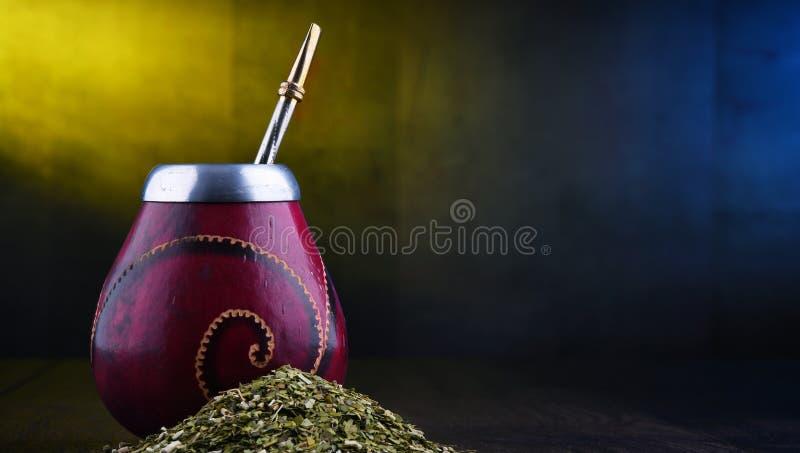 Чашка и листья ответной части Yerba стоковое изображение rf