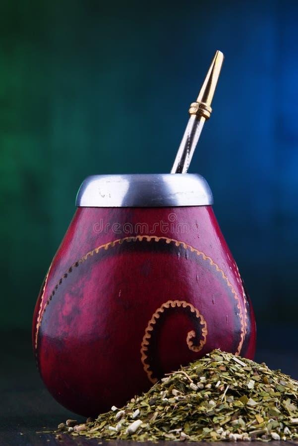 Чашка и листья ответной части Yerba стоковые фотографии rf