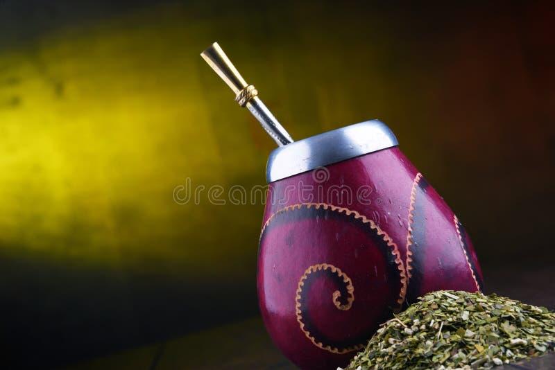 Чашка и листья ответной части Yerba стоковая фотография