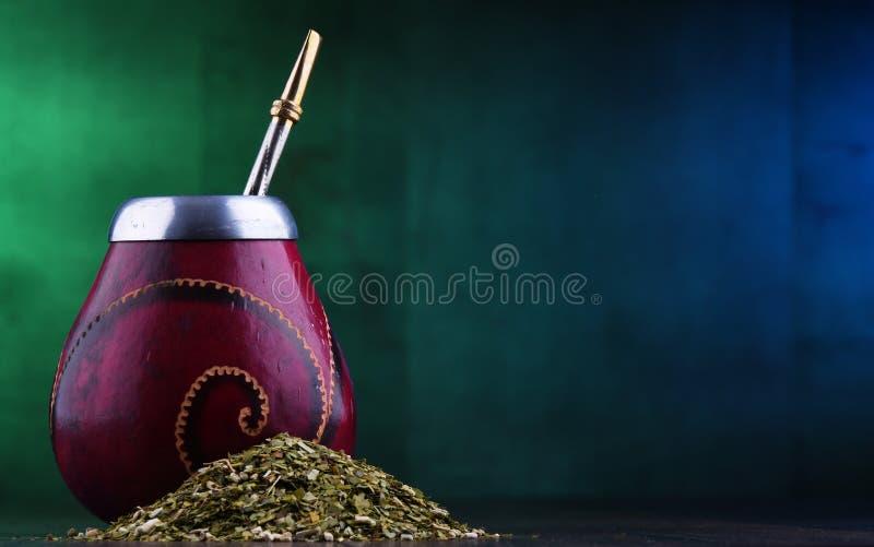 Чашка и листья ответной части Yerba стоковое изображение