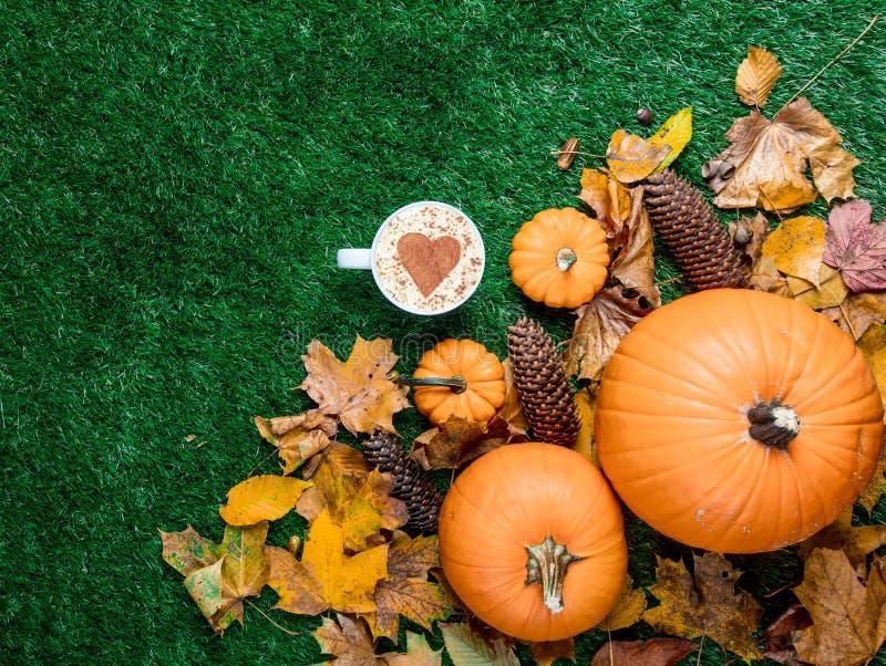 Чашка капучино с листьями формы и autum сердца стоковое изображение rf