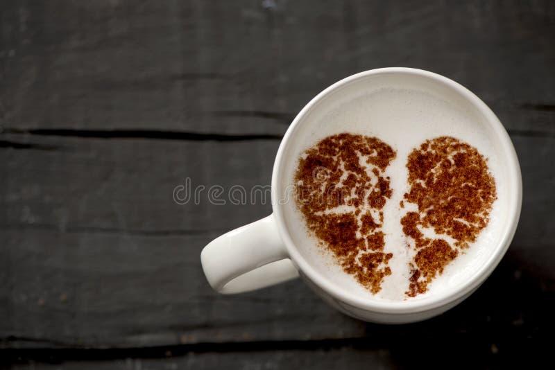 Чашка капучино с разбитым сердцем стоковые изображения rf