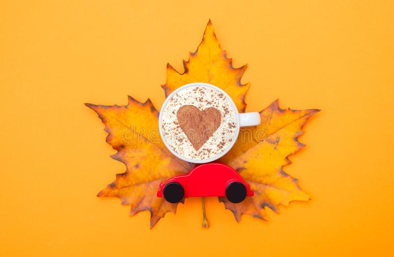 Чашка капучино с формой сердца и автомобилем игрушки стоковые фотографии rf