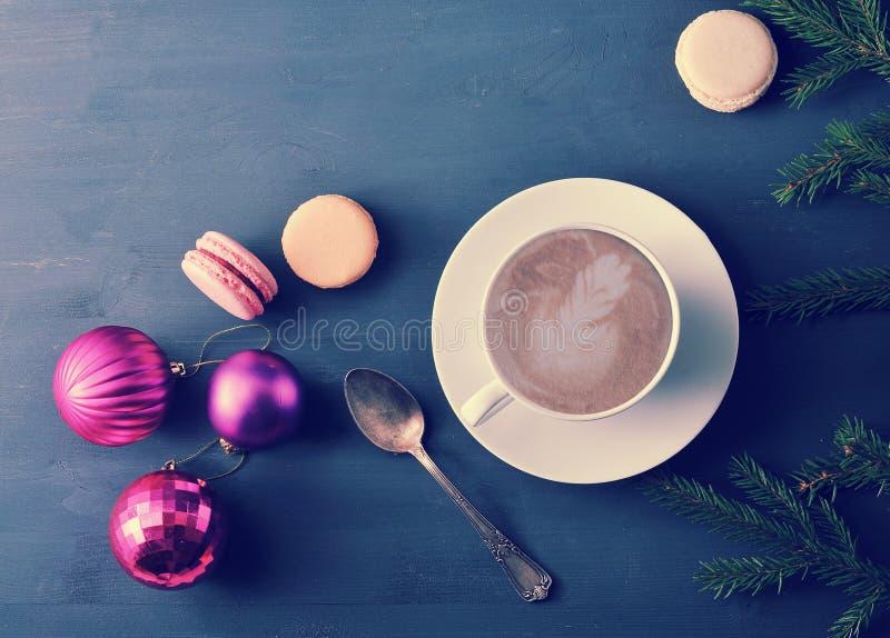 Чашка капучино с macaron торта, рождеством забавляется стоковое фото