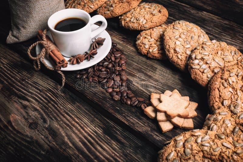 Чашка кофе вкуса с зажаренными в духовке зернами стоковые изображения