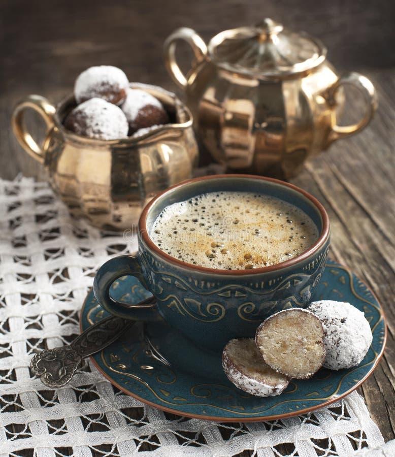 Чашка кофе и белые шипучки шоколадного торта стоковое изображение rf