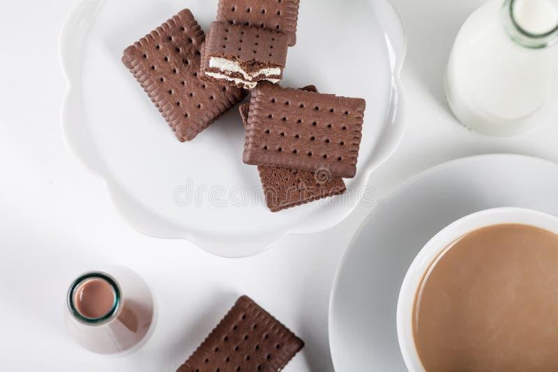 Чашка кофе и бутылки milkshakes молока и шоколада, верхней части стоковые фото